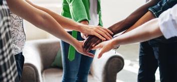 Des enfants qui se tiennent pas la main au centre d'un cercle