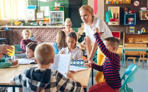 El profesor ayuda a los alumnos con su tarea