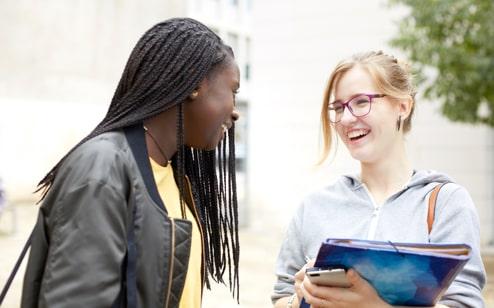 Deux adolescentes qui discutent en riant